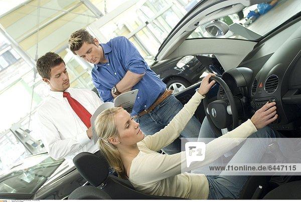 Frau im Autohaus