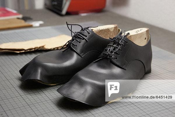 Ein Paar Schuhe werden hergestellt. Ein Paar Schuhe werden hergestellt.