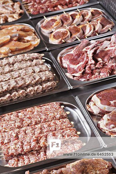 Schalen mit Fleisch