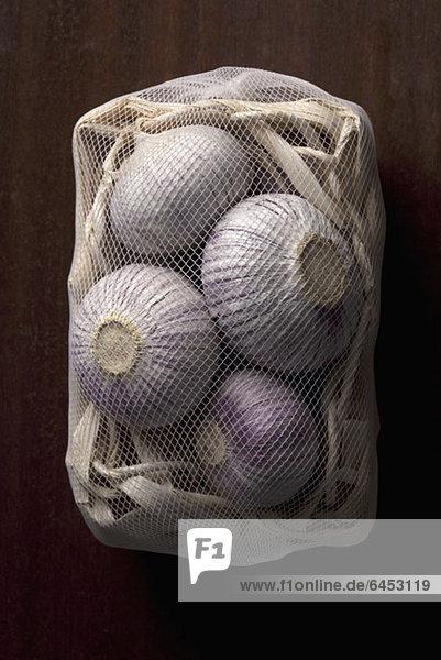 Ein Netzbeutel mit Zwiebeln