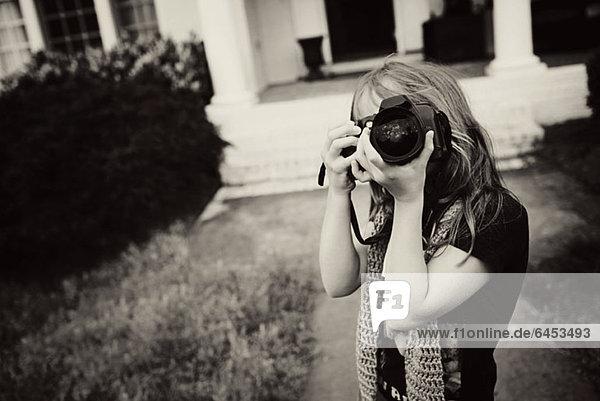 Ein junges Mädchen mit einer Kamera