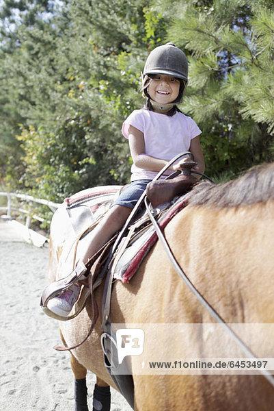 Ein junges Mädchen zu Pferd