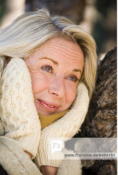 Eine Frau im Winter in der Natur