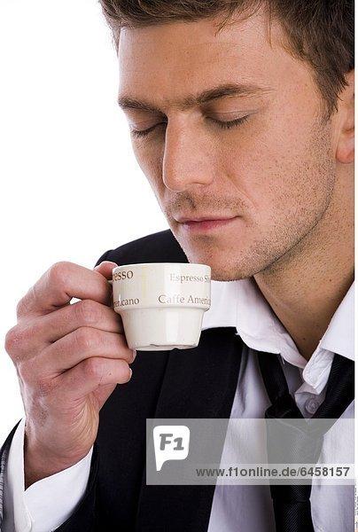 Mann trinkt Espresso