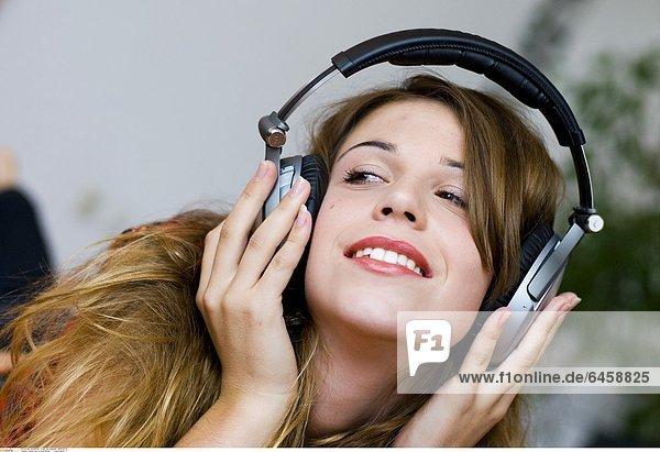 Junge Frau mit Kopfhörern *** Local Caption ***
