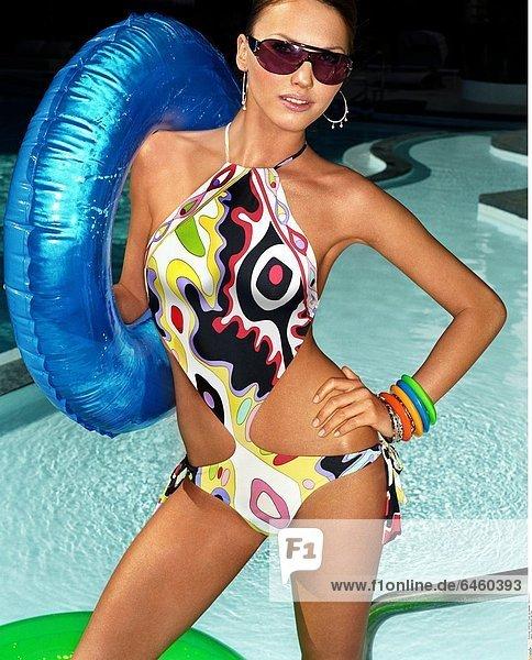 Frau in Bademode am Pool