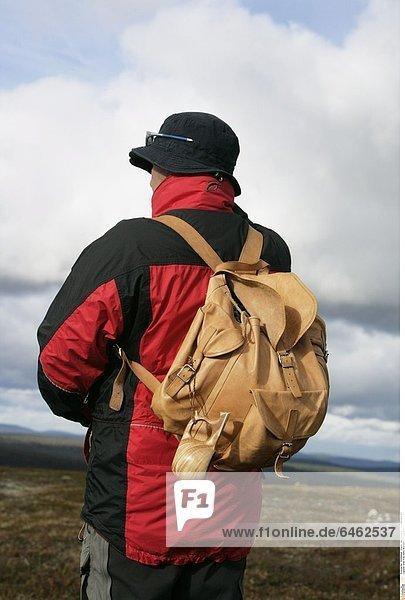 Eine Frau beim Wandern in Lappland