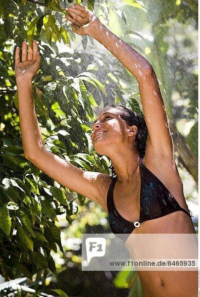 Frau duscht im Garten *** Local Caption ***