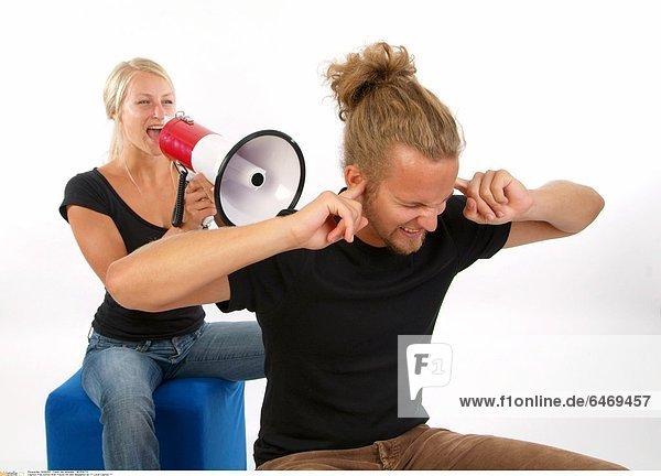 Frau schreit ihren Freund mit dem Megaphon an *** Local Caption ***