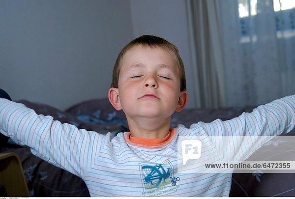 Ein kleiner Junge atmet tief durch