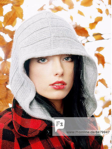 1228847 indoor studio people woman young 25-30 brunette portrait close up fashion autumn hood grey jacket pane paned red black make up lip lips vertical