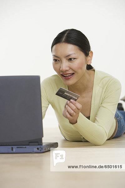 Frau  Internet  Kredit  bestellen  Kreditkarte  Karte