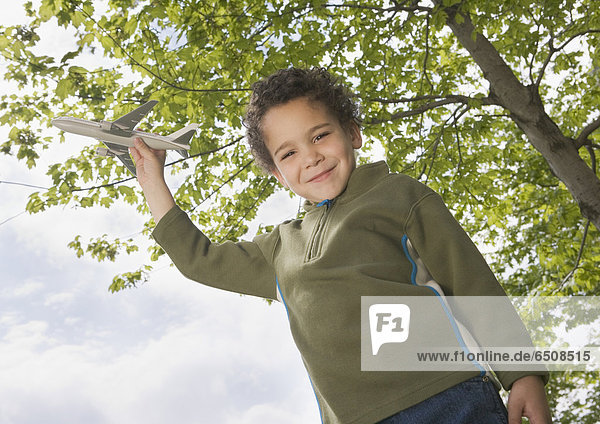 Außenaufnahme  stehend  Junge - Person  Spielzeug  Hobel