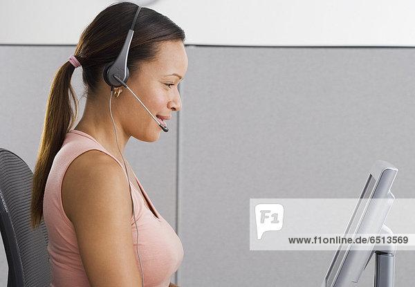 Frau  Computer  Kopfbedeckung  frontal  Büro  Ansicht  Seitenansicht