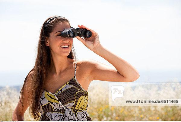 Woman nature binoculars © Lucenet Patrice/Oredia