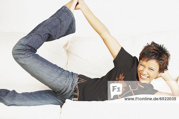 Junge Frau auf der Couch entspannen