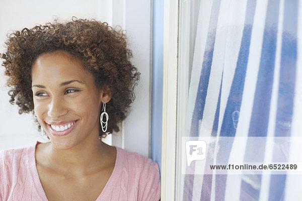 Junge Frau lächelnd für die Kamera