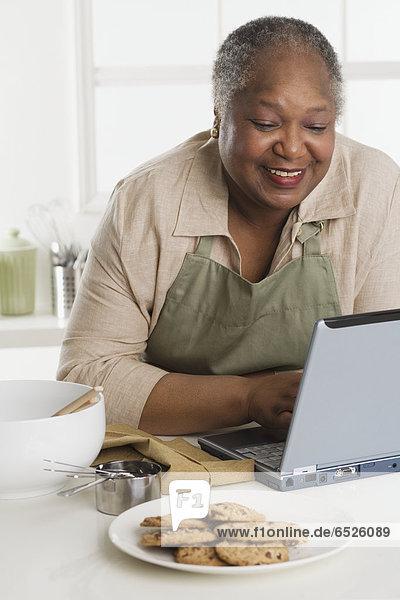 ältere Frau mit einem laptop