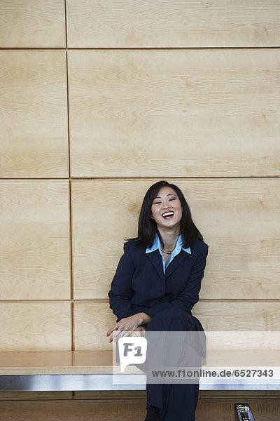 Innenaufnahme  sitzend  Geschäftsfrau  Sitzbank  Bank