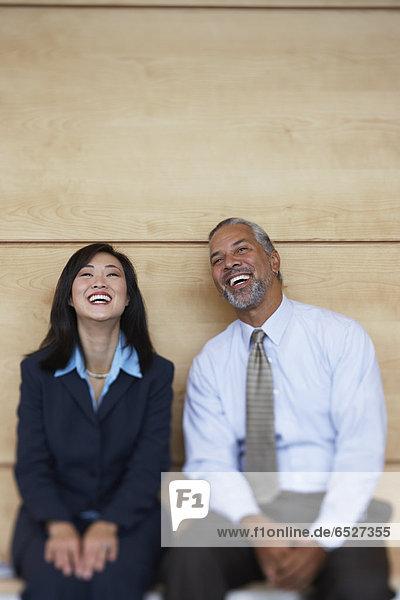 sitzend  lachen  Kollege  2