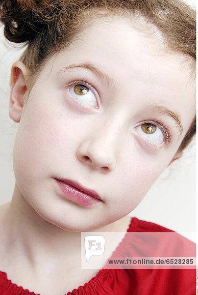 Little girl thinking © Bost Anne-Sophie/Oredia