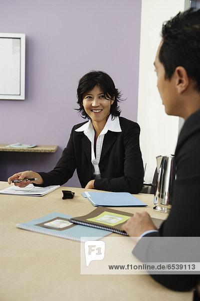 Geschäftsleute sprechen am Konferenztisch