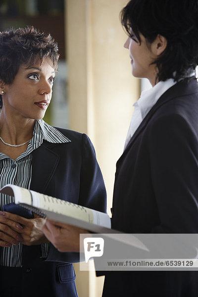 Geschäftsfrau  sprechen  2  multikulturell