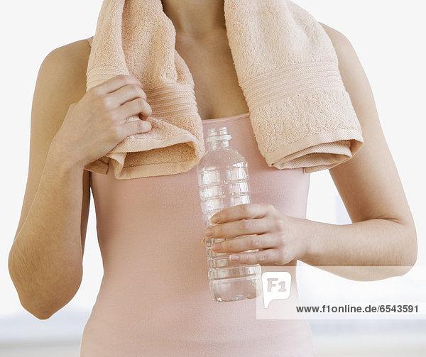 Wasser  Frau  Handtuch  halten  jung  Flasche