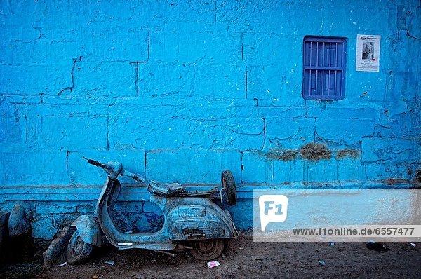 Wand  frontal  parken  blau  streichen  streicht  streichend  anstreichen  anstreichend  Mofa  Roller  Motorrad  Indien  Jodhpur  alt  Rajasthan