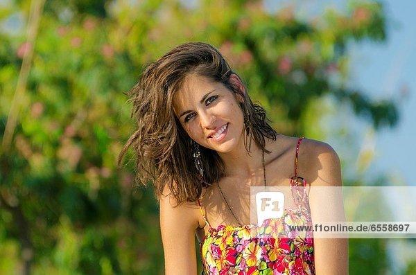 Flussufer  Ufer  Außenaufnahme  Pose  braunhaarig  Zimmer  Mädchen  Aragonien  freie Natur  hübsch  Spanien