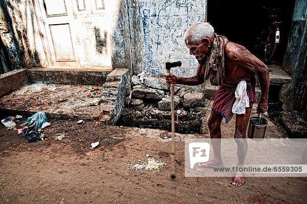 Mann  gehen  Hilfe  Straße  Versuch  Kleidung  Unterarmgehstütze  Indien  alt  Orissa  Puri
