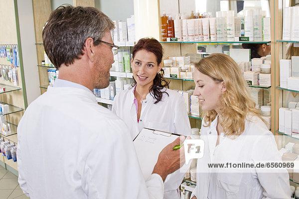 Mann und Frau beim Teamtreffen in der Apotheke