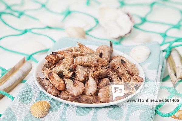 Belgien,  Garnelenteller auf Geschirrtuch mit Fischernetz, Belgien,  Garnelenteller auf Geschirrtuch mit Fischernetz