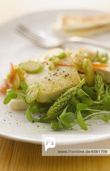 Gebratener Tofu mit Spargel  Vinaigrette und Tramezzini auf dem Teller
