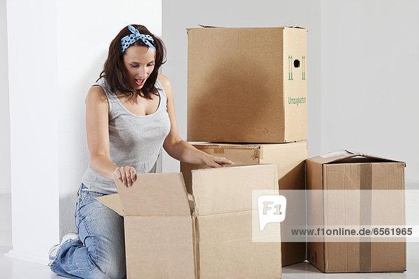 Junge Frau beim Öffnen der Box