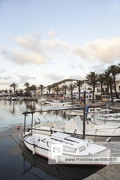 Spanien  Menorca  Fornells  Blick auf den Hafen am Morgen