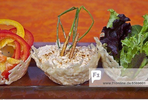 KŠsesedip Liptauer mit Quark und schweizer BergkŠse serviert mit Rohkost im Parmesankšrbchen