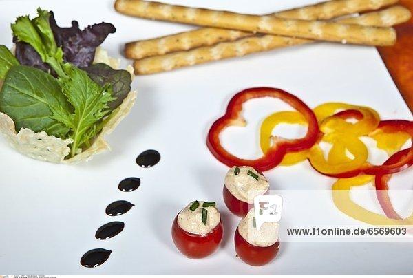 Mit Liptauer gefŸllte Cherrytomaten  serviert mit Grissini und GemŸse
