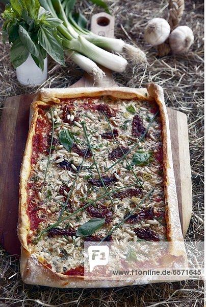 Pizza mit Huettenkaese und Gartenkraeuter