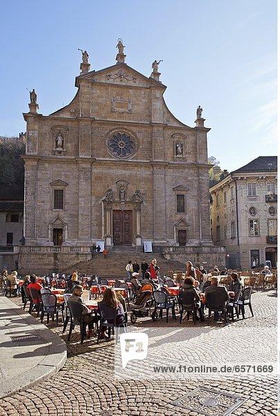 Kunstinstallation in der Altstadt von Bellinzona  Tessin  Schweiz  mit einem Teil der alten Stadtmauer im Hintergrund.