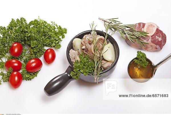 Zutaten fŸr die Zubereitung einer frischen HŸhnerbrŸhe