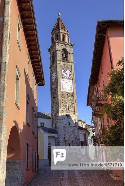 'Kunst in den Hinterhoefen von Ascona - drei Skulpturen hinter einer Kunstgalerie