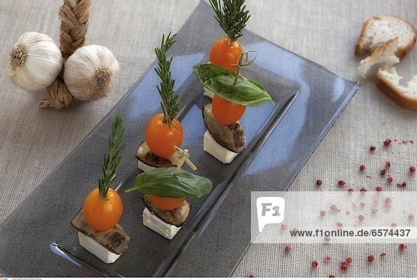 Auberginen-Feta-Spiesse mit Basilikum und Rosmarin und Knoblauch-Chips