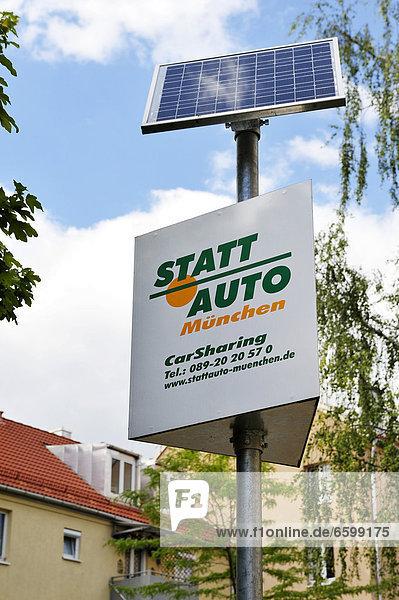 Statt-Auto  Car-Sharing-Werbeschild mit Solarpanel  in der Au  München  Bayern  Deutschland  Europa Statt-Auto, Car-Sharing-Werbeschild mit Solarpanel, in der Au, München, Bayern, Deutschland, Europa
