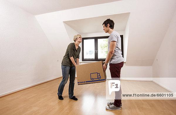 leer tragen Zimmer Apartment Bewegung jung Wohnzimmer neu