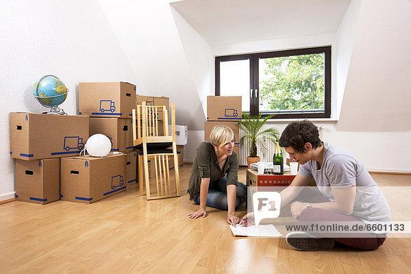 leer sitzend Zimmer Apartment jung neu vorlesen