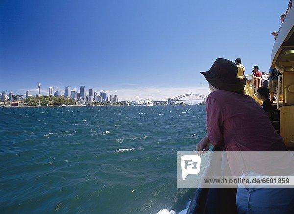 angelehnt  passen  Frau  Großstadt  Fähre  Geländer  Sydney