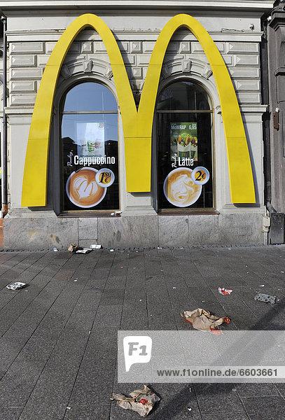 Abfälle vor einem McDonalds  Helsinki  Finnland  Europa