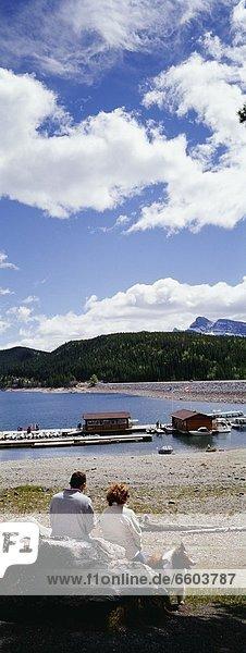 Felsbrocken  sitzend  Bewunderung  See  Lake Minnewanka  Collie