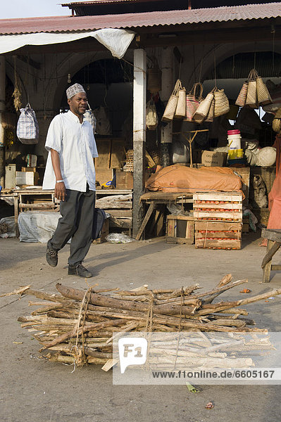 Feuerholz verkaufen Afrika Markt Tansania Sansibar